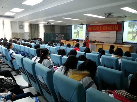 南海中学讲座完毕后,多位学生与马朝霞老师进行学习交流,讨论英语